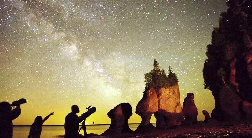 dark_sky_fundy_hopewell_rocks_people_milky_way